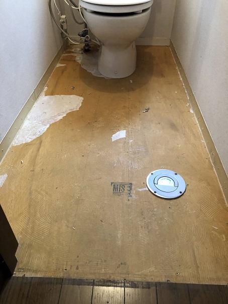 床のクッションフロアを剥がしたトイレの水抜き栓
