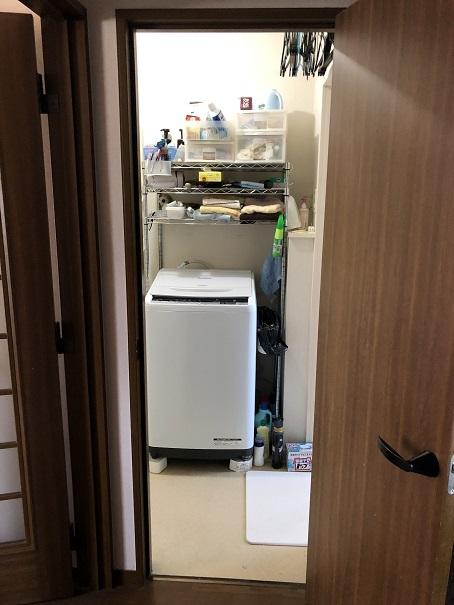 リフォーム前洗面所の洗濯機まわりの収納の様子