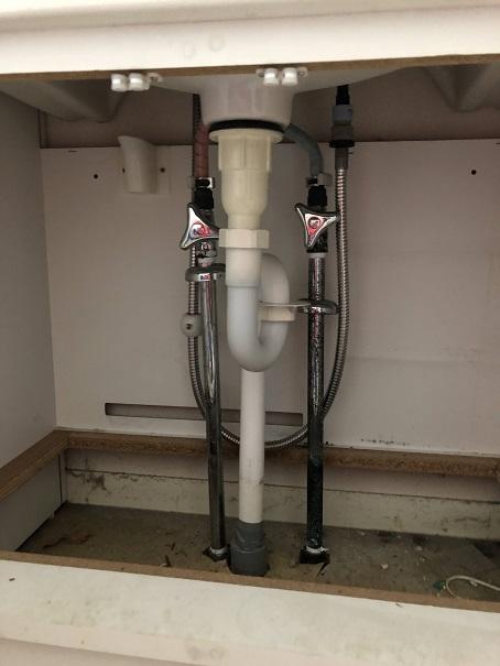 洗面化粧台下の給排水管