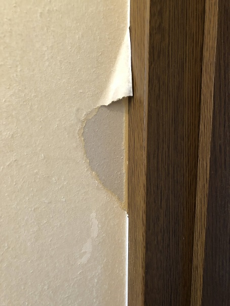 壁紙を剥がすときに失敗して余計に剥がれてしまったところ