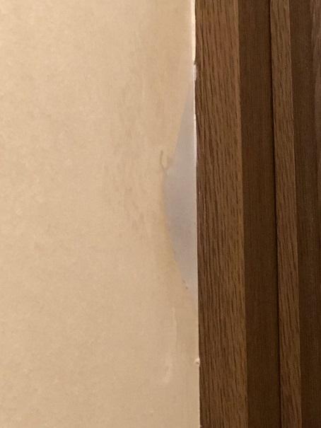 壁紙の凹みをパテで埋めたところ