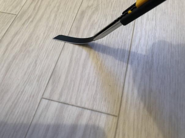 壁紙DIYで使うカッターの刃がクネっと曲がっているところ