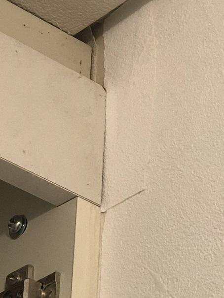 トイレの棚部分で失敗したクロス貼り