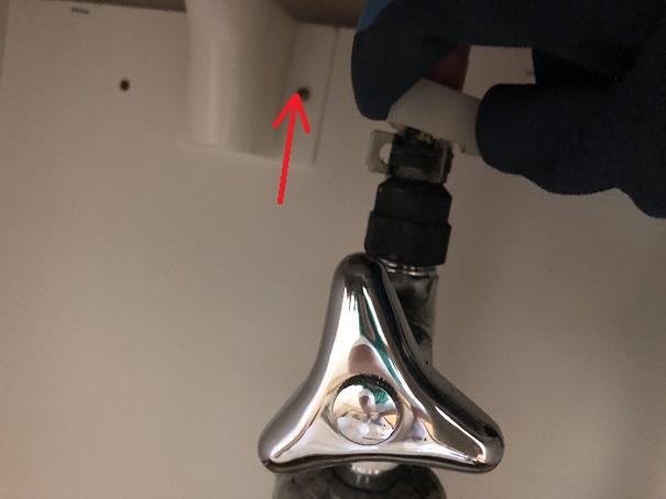 洗面台下の止水栓への給水管を外す方法