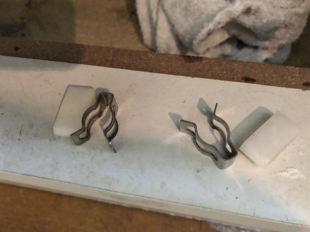 洗面台下の止水栓に取り付けてあった金具