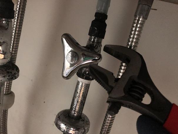 止水栓に繋がっている管を外すためのレンチ