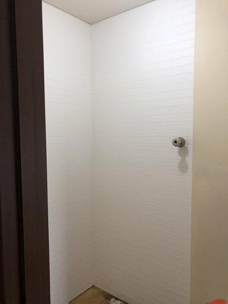 新しい壁紙を貼ってコンセント部分が隠れた状態