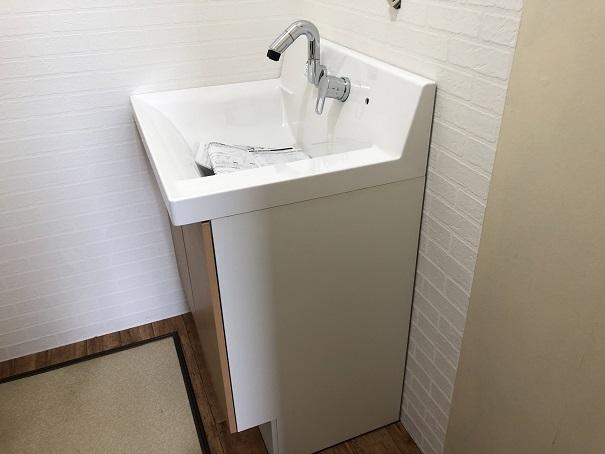 水道蛇口とハンドルが壁面に付いてるタイプの洗面台