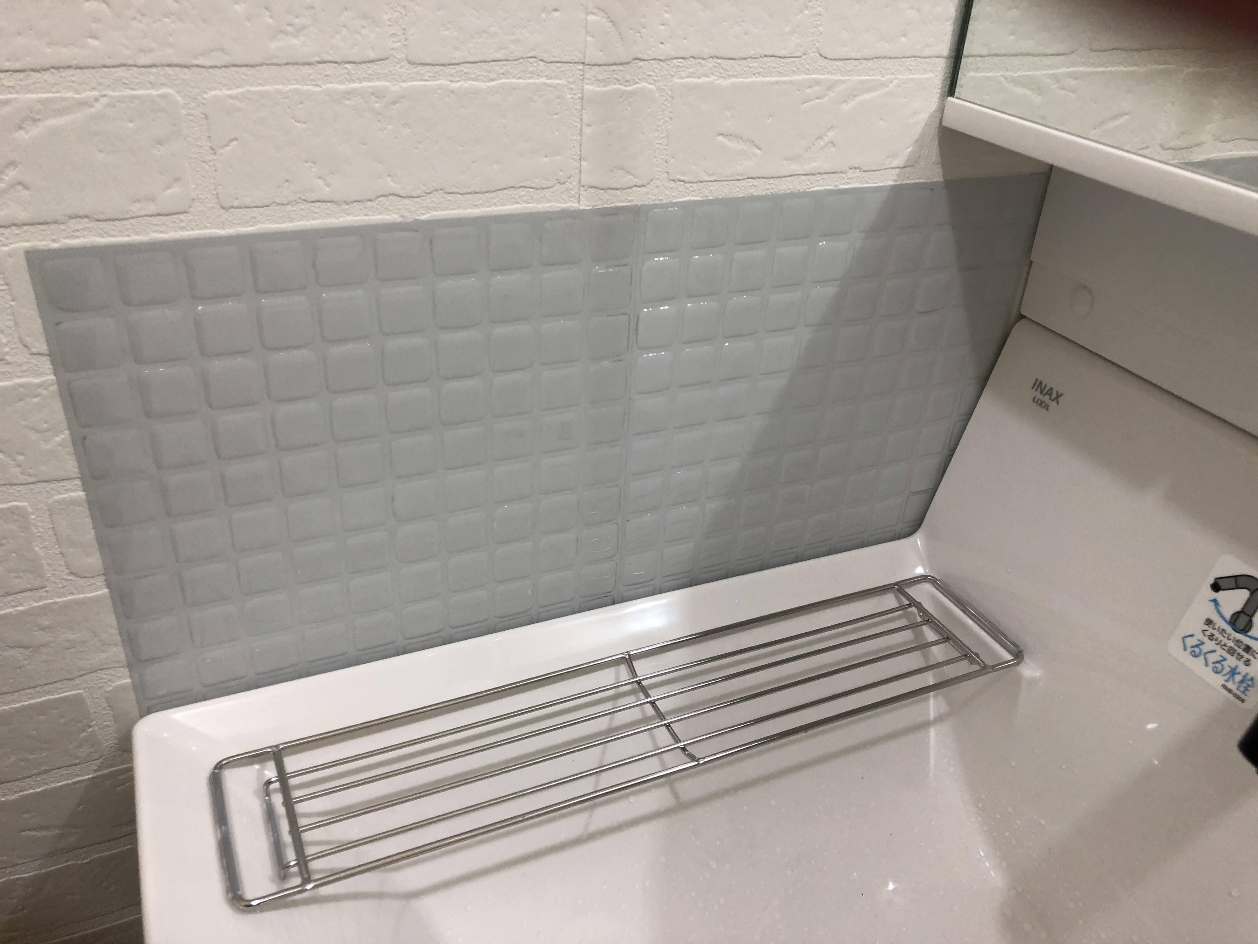 汚れやすい洗面台の壁サイドにタイルシールを貼ったところ