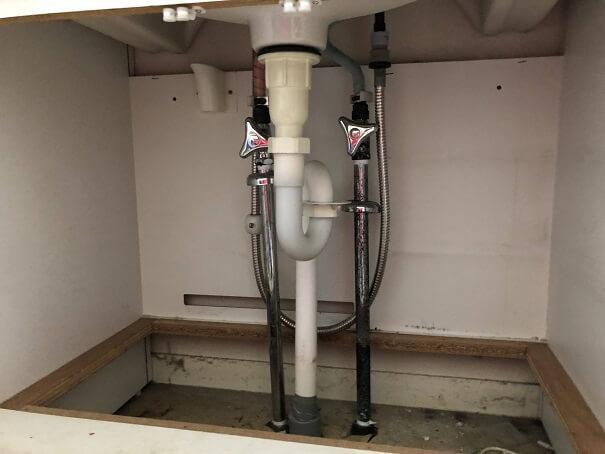 洗面台下の給排水管を外す前