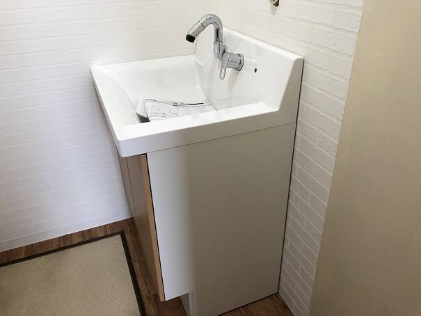 新しい洗面台を設置した背後の隙間がほとんどない様子