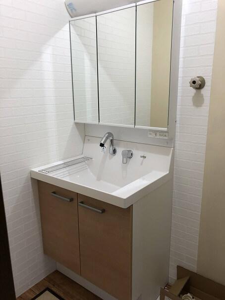 新しい洗面化粧台の設置が完了したところ