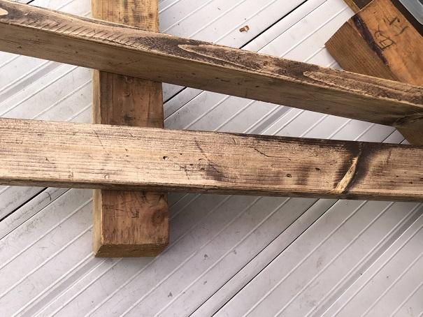傷をつけて古材風に塗装したツーバイ材