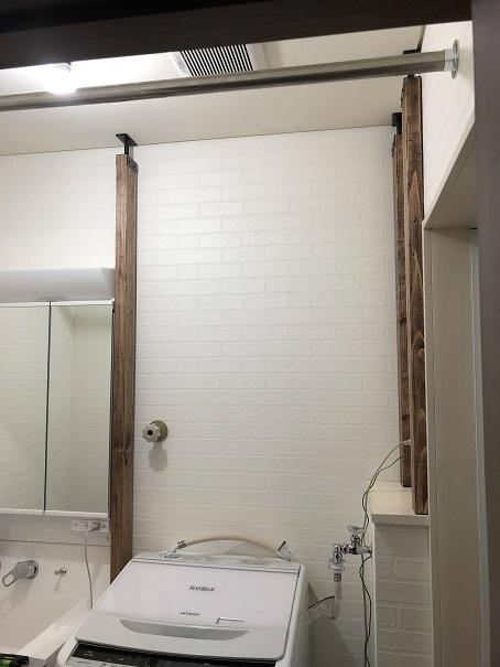 古材風に塗装したツーバイ材にアジャスターを付け、洗面所に設置したところ