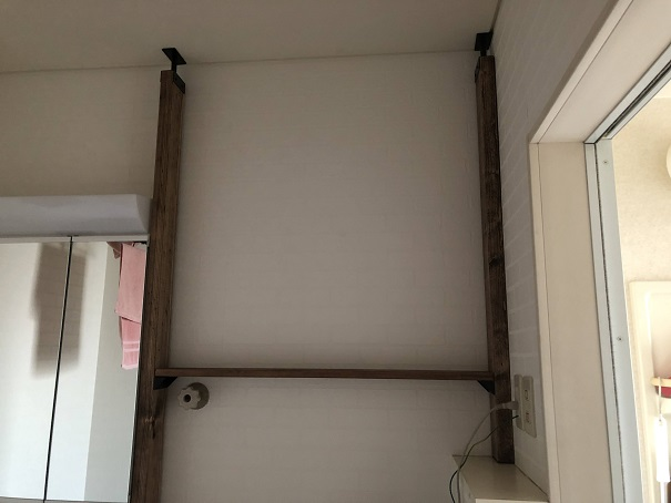 ラブリコのアイアンアジャスターで設置した柱に棚受けの柱を付けたところ