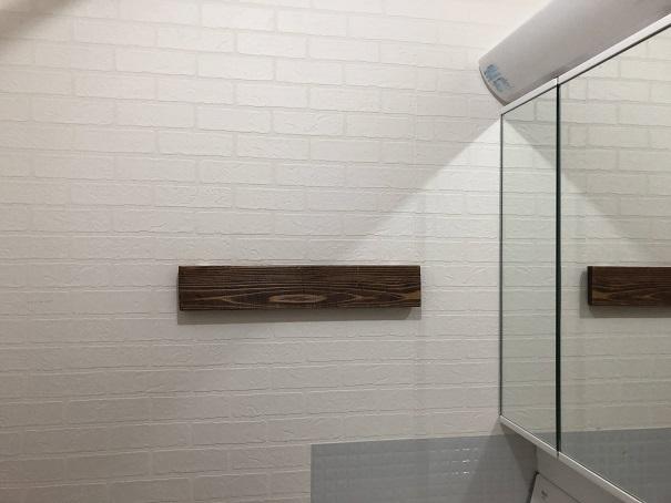 壁面に取り付けた木の板