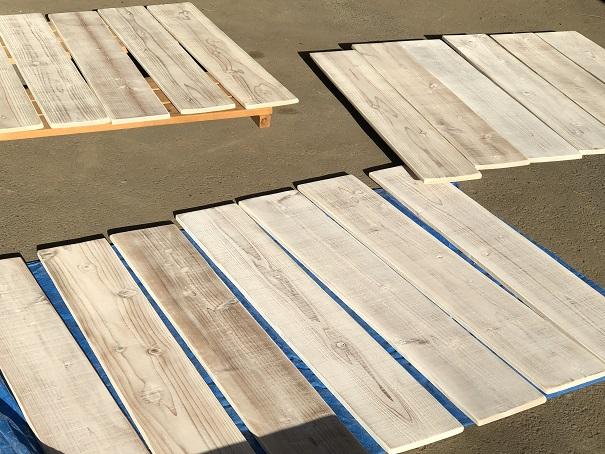 白ペンキを塗装してサンダーがけして木目がきれいに浮き出た野路板
