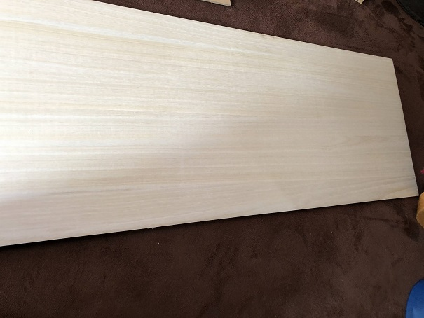 隙間収納を作るために準備したサイドの一番大きな板