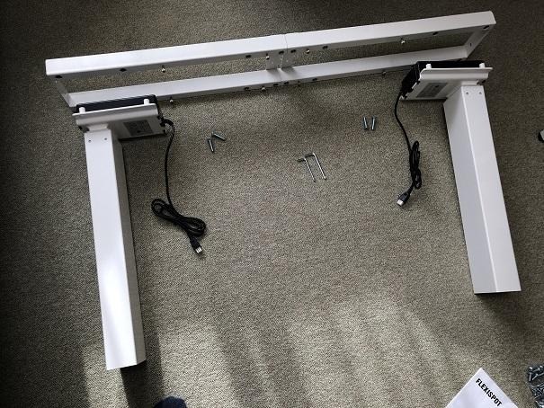 FLEXISPOT電動昇降式スタンディングデスクの脚を組み立てるところ