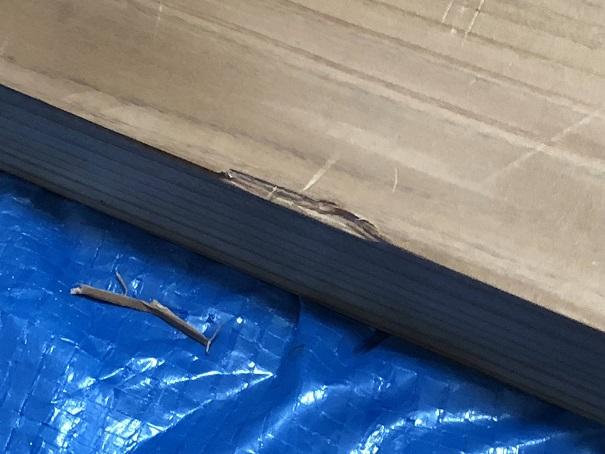 FLEXISPOT電動昇降式スタンディングデスクの天板裏に脚を乗せるときに破損した部分のアップ