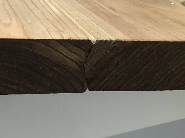 FLEXISPOT電動昇降式スタンディングデスクの天板にする杉カフェ板のつなぎ目