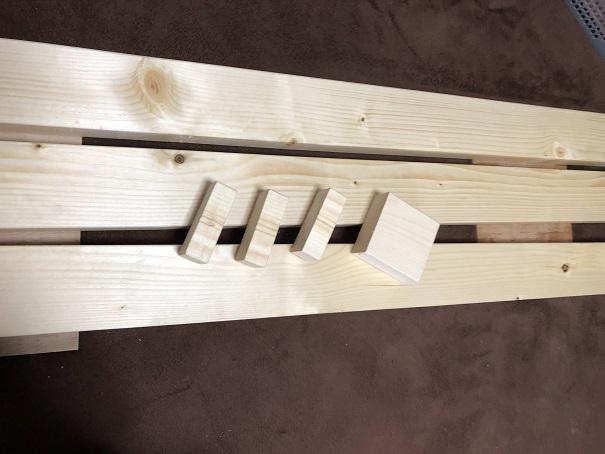 亜麻仁オイルを塗装した柱とアジャスターパーツと、何も塗っていない端材の比較