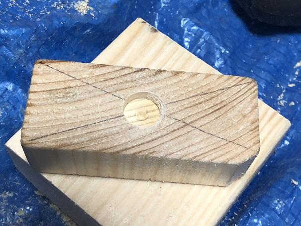 手作りアジャスターのアジャスター部分に座ぐりドリルで穴を開けたところ
