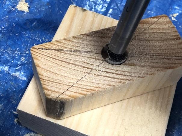 アジャスターに使う木材に座ぐりドリルで穴を開けているところ