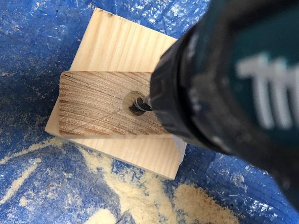 手作りアジャスターのアジャスター部分に9mmドリルで穴を開けるところ
