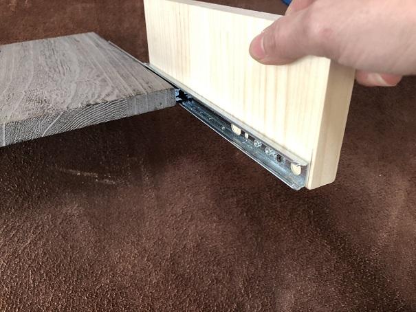 スライドレールの両サイドに取り付ける板も端材でぴったり
