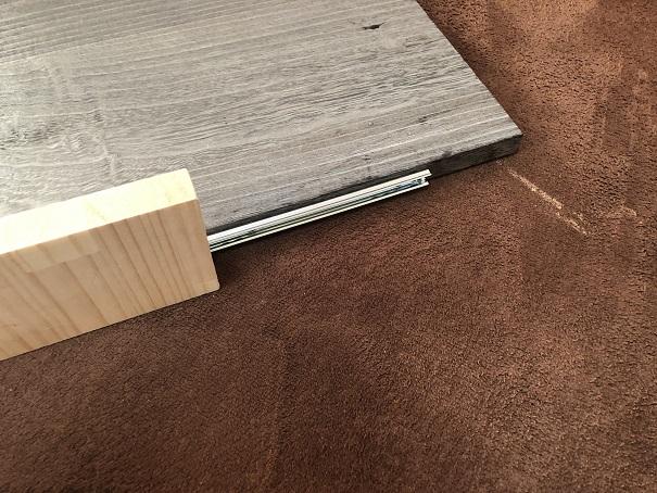 スライドレールと取り付け幅がぴったりの端材の板