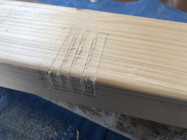 柱に溝を掘るためにのこぎりで切り目を入れたところ