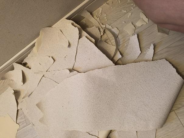 壁紙を剥がれずに上から貼ることを検討しているところ