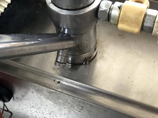 取り外すキッチン水栓の根本の部分