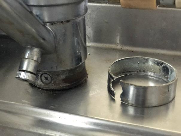 キッチン水栓を取り外すために外したカバーと取り付けネジの部分