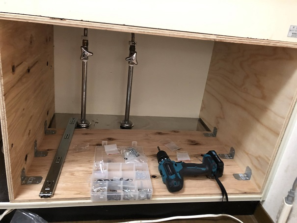 キッチンシンク下の排水栓を回避して作った右側の枠