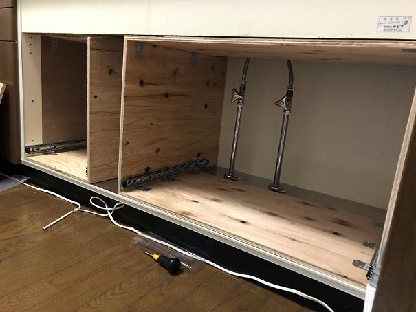 キッチンシンク下に作った引き出し用の枠にスライドレールを取り付けたところ