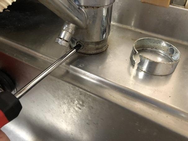 キッチン水栓の取り付けネジを外すところ