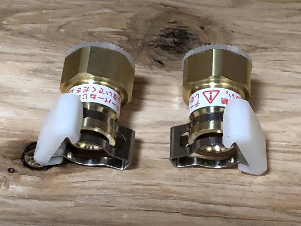 止水栓とキッチン水栓のホースを繋ぐパーツ