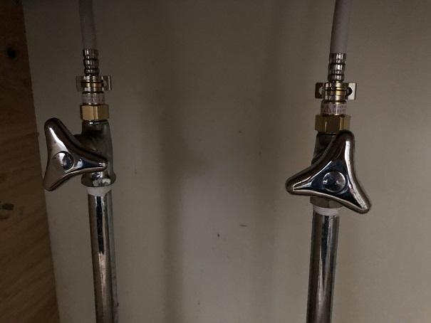止水栓とキッチン水栓のホースを繋いだところ