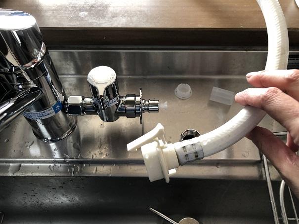 キッチン水栓に分岐水栓の取り付けが完了したところ