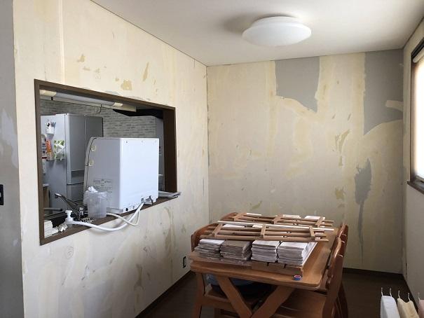 壁紙を剥がしたときのリフォーム前のキッチンカウンター