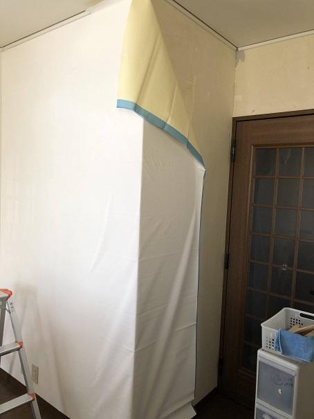 壁紙の張替えを自分でする際「出隅」は難しいポイントです。