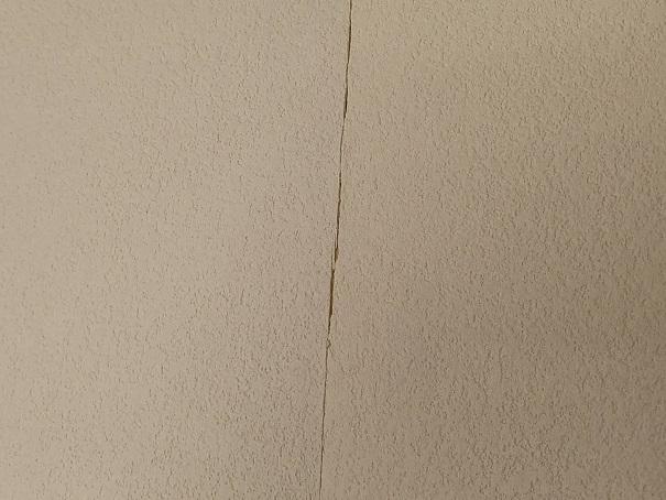 自分で壁紙の張替えをしてもっとも失敗して、隙間が空いてしまったところ。