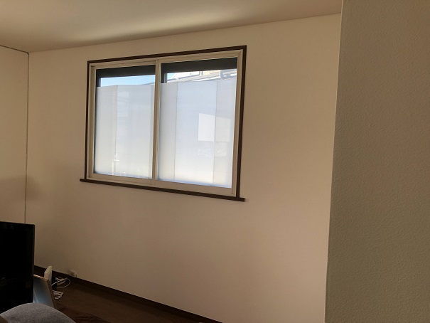 壁紙の張替えを全部自分で完成させたリビングの窓まわりの様子