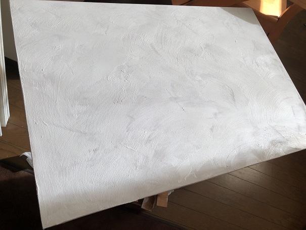キッチンシンク下に設置した引き出し収納 無塗装の前板にデコボコベースを塗り壁風に塗ってみたところ