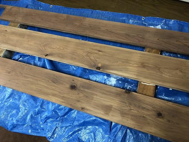 杉カフェ板の塗装が終わったところ