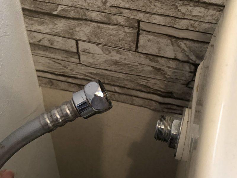 トイレタンク横に接続されていた給水ホースを取り外したところ