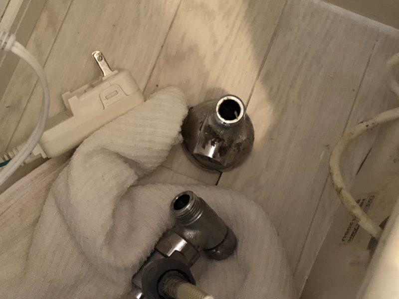 トイレの止水栓から分岐水栓金具を取り外したところ